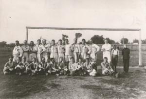 Pogoń Lwów 1917 (sitzend) vor einem Spiel gegen ein Team der Polnischen Legionen